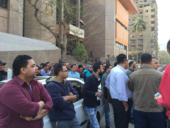 Cairo taxi drivers cut off road demanding closure of Uber, Careem