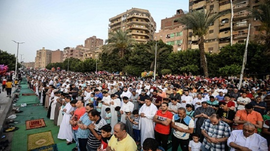 Egypts Sisi performs Eid prayers, celebrates with children of army and police martyrs