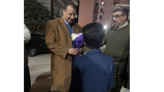 Children of Minya presenting flowers to policemen securing Christmas celebrations